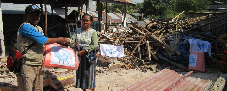 Distribusi Terpal untuk Pengungsi di Kabupaten Lombok Utara 6