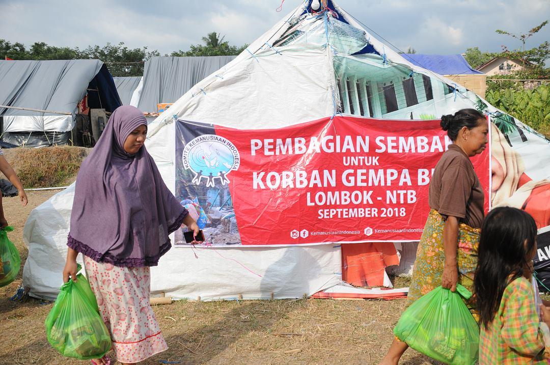 distribusi bantuan makanan untuk pengungsi lombok oleh komite kemanusiaan indonesia 1