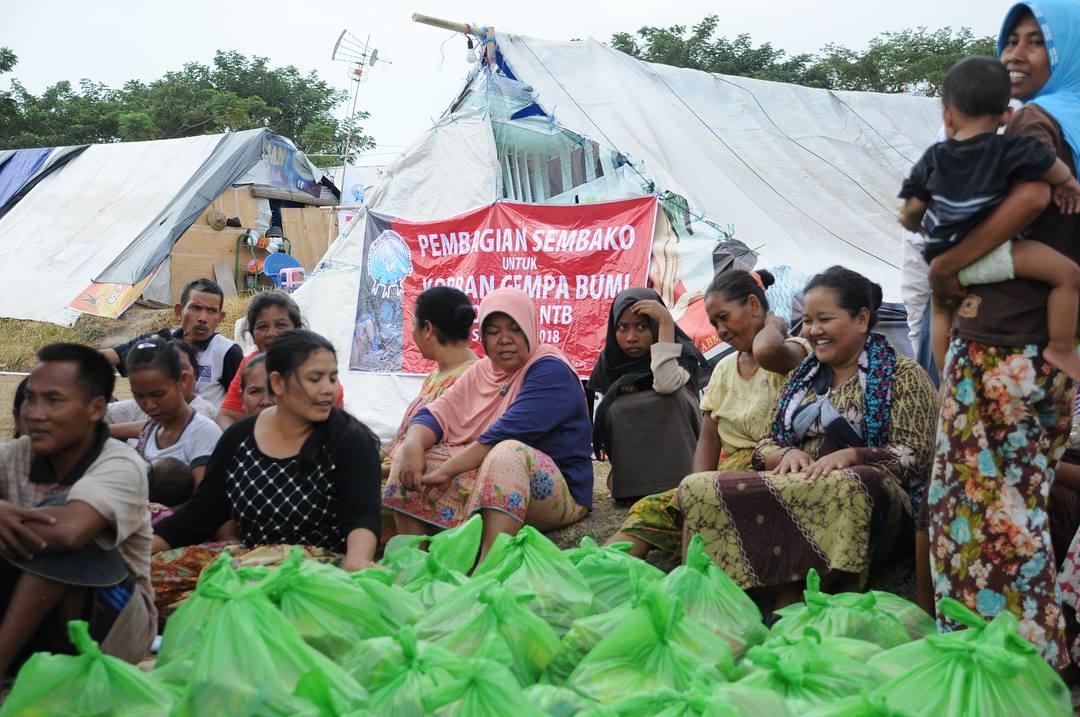 distribusi bantuan makanan untuk pengungsi lombok oleh komite kemanusiaan indonesia 2