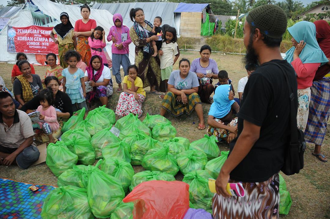 distribusi bantuan makanan untuk pengungsi lombok oleh komite kemanusiaan indonesia
