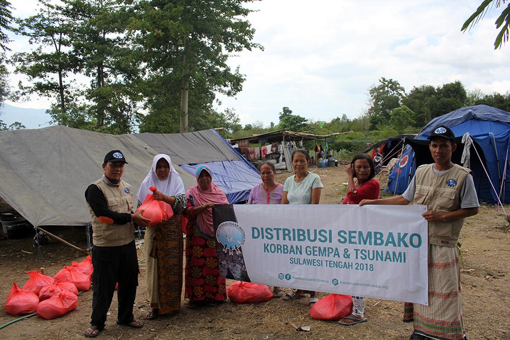 distribusi bahan makanan untuk korban gempa dan tsunami di sulawesi tengah