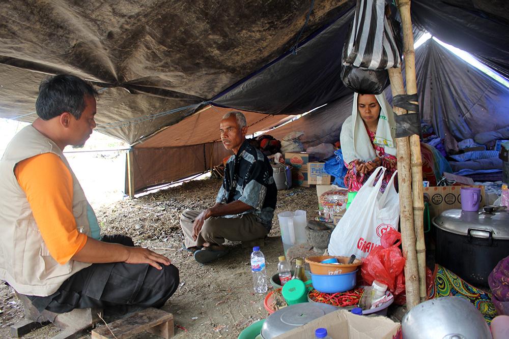 distribusi tenda darurat untuk pengungsi di palu dan sigi