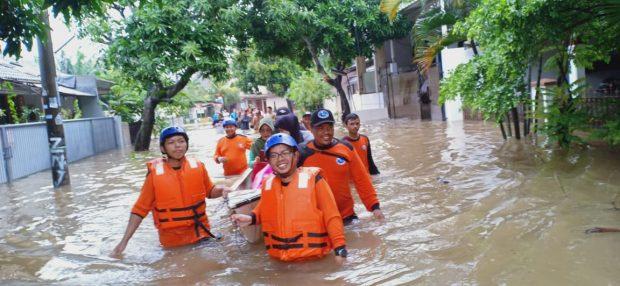 Relawan KKI Evakuasi Warga Penyintas Banjir